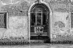 venezia ... (andrealinss) Tags: italia italien italy venedig venezia venice berlin blackandwhite bw schwarzweiss street streetphotography streetfotografie andrealinss 35mm nograndinavi