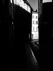Juste avant que la lumière s'éteigne. (franleru1) Tags: france françoiselerusse olympus streetphotography blackandwhite monochrome noiretblanc urbain