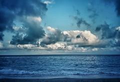 A veces la mar no sabe... (elena m.d.) Tags: tarragona catalonia mediterraneo cataluña españa verano nubes cielo