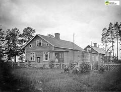 tm_11043 (Tidaholms Museum) Tags: svartvit positiv familj family bostadshus exteriör exterior building