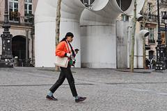 Un homme en orange au Beaubourg (Paolo Pizzimenti) Tags: porte saintdenis orange homme beaubourg paris paolo olympus zuiko omdem1mkii 45mm 17mm f18 film pellicule argentique doisneau