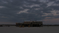 Dramatischer Himmel (im_fluss) Tags: sanktpeterording nordsee northsea strand beach meer sea pfahlbau house sonnenuntergang dämmerung abendstimmung menschen himmel wolken sky clouds sundown people coloursinthesky himmelsfarben eveningmood dawning