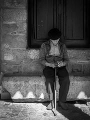 La Espera. (The Wait) (Capuchinox) Tags: gente people persona bw blancoynegro black españa spain calle street viejo old olympus sociedad society sombra