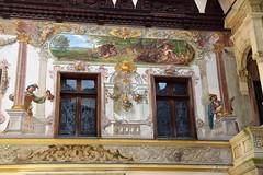 Castillo Peleș (Sinaia, Rumanía, 17-8-2018) (Juanje Orío) Tags: 2018 sinaia rumanía românia europa europe europeanunion unióneuropea castillo castle palacio palace pintura arte art patio