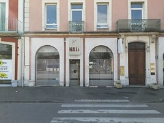 Pas de suite sans Gisèle ! (laphotoduxix) Tags: drome 26 façade commerce ancien désertification travaux