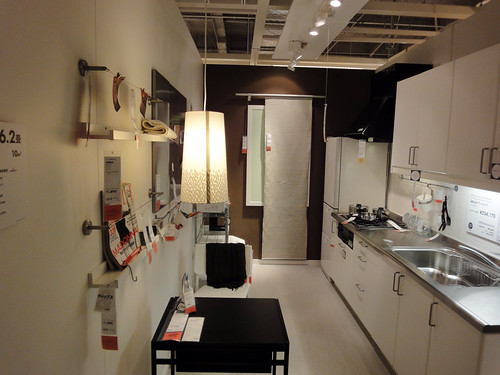 イケアの家具を使用した2人用狭小ダイニングキッチンと題した写真