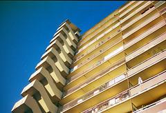 Immeuble graphique (herbdolphy) Tags: analog analogique argentique pellicule 35mm pentax p30n kodak portra paris building architecture filmisnotdead filmphotography film