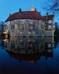 Burg Vischering (alterahorn) Tags: burgvischering wasserschloss lüdinghausen burg castel spiegelung wasser himmel blauestunde bluehour olympus olympusomdem1ii olympusmzuiko12100mm reisezoom dxo castle