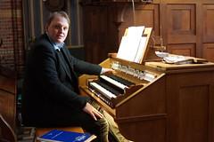Rien Donkersloot aan de klavieren van het Adema-orgel, St.-Agathakerk, Lisse, 6 april 2019. Foto: Cor de Vries.