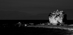 [ Oro e nero - Black and gold ] DSC_0347.R2.jinkoll (jinkoll) Tags: sea mare tropea calabria cliff rock stone street people beach girl sit seat sitting sunset tramonto hour golden wave water horizon foam rocks
