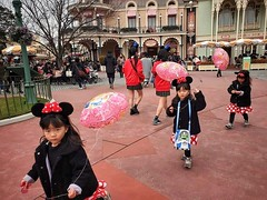 Minnie Mouses (-Faisal Aljunied - !!) Tags: faisalaljunied minniemouse disneyland tokyo japan streetphotography balloons kids