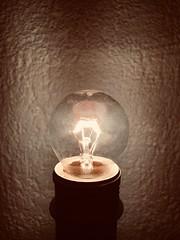 Une idée lumineuse. (Pierre-Louis K.) Tags: idée lumineux clair noir filament ombre lumière ampoule