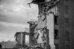 Alès Pres st jean-8753 (YadelAir) Tags: alès immeuble destruction pelleteuse débris démolition rue noiretblanc habitat hlm