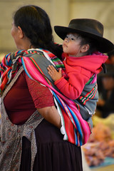 Portrait Tarabuco Bolivie_2368 (ichauvel) Tags: portrait femme woman enfant child bébé baby garçon boy chapeau hat marchédetarabuco tarabuco chuquisaca bolivie bolivia amériquedusud southamerica amériquelatine voyage travelexterieur outside tradition yamparaez