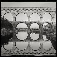 arches (*altglas*) Tags: pontdugard aquädukt aqueduct antike rom antique mediumformat mittelformat 6x6 120 film analog expired expiredfilm orwo orwonp27 bw monochrome zeiss superikonta
