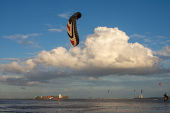 Westerschelde bij Rilland (Omroep Zeeland) Tags: kitesurfers westerschelde scheepvaart containerschip wolkenlucht wind winderig