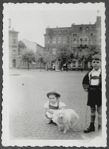 AlbumC298 Bruder und jüngste Schwester, 1930-1950er