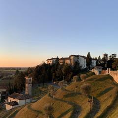 (Paolo Cozzarizza) Tags: italia friuliveneziagiulia pordenone spilimbergo panorama alba cielo alberi prato chiesa castello muro