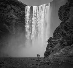 Skógafoss (Tom Neumann) Tags: iceland waterfall north sony adventure nature beauty natural blackandwhite bw travel islandia cascada norte aventura naturaleza belleza blancoynegro