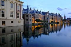 Binnenhof Den Haag (ploh1_im OFF) Tags: denhaag binnenhof niederlande wasser spiegelung dämmerung blauestunde langzeitbelichtung schönheit architektur historischesbauwerk lichter beleuchtet himmel wolke gebäude thehague holland