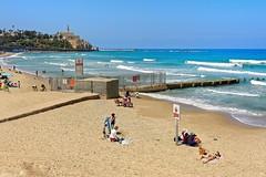 Tel-Aviv / Jaffa / Alma Beach (Pantchoa) Tags: israël telavav procheorient moyenorient jaffa mer méditerranée côte vagues plage almabeach sable bain personnes baindesoleil phare digue surf eau ciel bleu borddemer frontdemer mosquée