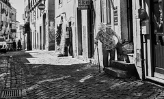 Lissabon Gente de Lisboa 208 bw (rainerneumann831) Tags: bw blackwhite street streetscene ©rainerneumann urban monochrome candid city streetphotography blackandwhite frau lisboa lissabon gentedelisboa