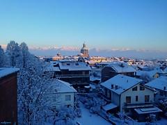 da una terrazza (archgionni) Tags: inverno winter cielo sky luce light mattino morning azzurro blue case homes panorama landscape montagne mountains tetti roofs neve snow