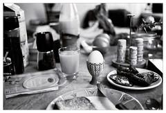 analog - EOS 300X / EF 40/2.8 - Tri-X 400 (tom-schulz) Tags: film 35mm analog monochrom bw sw berlin thomasschulz frühstück ei frühstücksei tisch glas teller eos300x ef4028 trix400 kodak