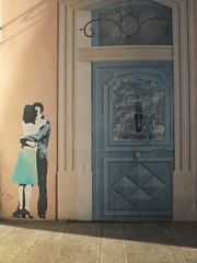 DSCF9609 (Benoit Vellieux) Tags: france grandest lorraine lothringen meurtheetmoselle 54 nancy streetart murpeint paintedwall bemaltemauer couple paar baiser kiss kuss heurtoir knocker türklopfer