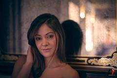 La volatilidad de un sueño. (Carlos Velayos) Tags: retrato portrait mujer woman chica girl belleza beauty elegancia elegance sensualidad sensuality luznatural daylight mirada gaze espejo mirror reflejo reflection