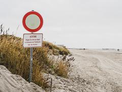 Sand (Peter Glaab) Tags: 45mm f18 himmel kreis landschaft meer menschen nationalparkwattenmeer natur nordsee olympus sand schild schleswigholstein stpeterording typografie warnung zuiko gräser