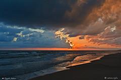 SPUNTA IL SOLE ! (Salvatore Lo Faro) Tags: mare acqua oceano sole nuvole nubi spiaggia sabbia rena blu rosso onde risacca rodi gargano puglia italia salvatore lofaro nikon 7200