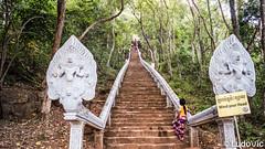 Au pied du Wat Banan Temple (Battambang) (Lцdо\/іс) Tags: watbanantemple battambang cambodge cambodia khmer kambodscha kampuscha travel step mountain trip discover explore flickr voyage asia asian asie asiatique lцdоіс