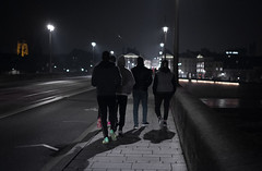 (numéro six) Tags: people gente rua rue calle street night nuit noite city ville ciudad cidade orléans france pont ponte bridge walking streetphotography streetphoto