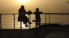 На закате (unicorn7unicorn) Tags: море закат набережная люди силуэт обувь 52weeks2019