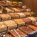 Walnüsse, Macadamia- und Cashewnüsse zum Selbstabfüllen in der überdachten Markthalle Mercat de la Boqueria in Barcelona, Spanien