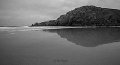 Reflection on the beach of Pen-Hat, Crozon peninsula (khan.Nirrep.Photo) Tags: reflet seascape sea sable presquile paysage longexposure litoral landscape lighthouse rocks rochers bretagne breizh finistère falaise mer nb noir miroir mirror reflected beach