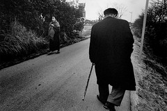 Street・男の背中 600 (soyokazeojisan) Tags: japan city street bw people blackandwhite monochrome analog olympus m1 om1 28mm film trix memories 1970s