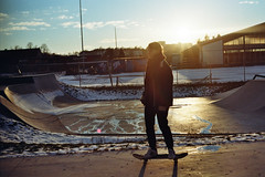 Skateboarding in the winter sun (3) (auqanaj) Tags: kodakgold200 nikonf3hp nikonnikkor50mm114ais analog bis20190206 cewescanat72dpi film skateboard skatepark skaterpark amberg bayern bavaria deutschland germany gegenlicht backlighting abendstimmung abend abendsonne evening sun sonne nonprocessed