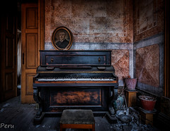 Sinfonia inacabada (Perurena) Tags: piano musica music instrumentomusical retrato picture casa house abandono decay luz light sombras shadows habitación room muebles furnitures urbex urbanexplore