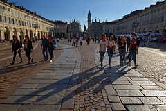 Low sun on Piazza San Carlo (Thomas Roland) Tags: piazza san carlo low sun shadow people square plads torv europe travel efterår autumn herbst 2018 nikon d7000 europa city by torino turin tourists tourism tourist italy italia italien rejse
