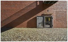 Hamburg, Speicherstadt (Dieter Voegelin) Tags: hamburg speicherstadt wand wall türe door schatten shadow backstein brick sonne sun rot red eingang entrence strukturen structures
