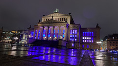 Blueish (Pascal Volk) Tags: berlin mitte gendarmenmarkt schauspielhaus konzerthaus berlinmitte nacht night noche blau blue azul spiegelung reflexion reflection reflexión reflejo réflexion invierno winter architecture architektur arquitectura canonpowershotg1xmarkiii 15mm wideangle weitwinkel granangular superwideangle superweitwinkel ultrawideangle ultraweitwinkel ww wa sww swa uww uwa dxophotolab