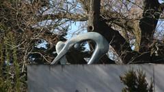2016 Berlin Ins Wasser Springende von Chipo Musandi Bronze Wendenschloßstraße 464 in 12557 Wendenschloß (Bergfels) Tags: skulpturenführer bergfels 2016 2010er 21jh nach1989 berlin inswasserspringende springende akt weiblich chipomusandi cmusandi musandi bronze wendenschlosstrase 12557 wendenschlos skulptur plastik beschriftet
