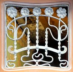 Barcelona - Astúries 006 g (Arnim Schulz) Tags: modernisme modernismo barcelona artnouveau stilefloreale jugendstil cataluña catalunya catalonia katalonien arquitectura architecture architektur spanien spain espagne españa espanya belleepoque fer castiron ferdefonte hierro ferro iron eisen gusseisen schmiedeeisen forjado forgé wrought forged art arte kunst baukunst ferronnerie gaudí fence liberty textur texture muster textura decoración dekoration deko deco ornament ornamento