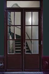 Au-delà de cette limite (Gerard Hermand) Tags: 1902157130 gerardhermand france paris canon eos5dmarkii door porte bois wood peinture paint rouge red escalier staircase rampe handrail