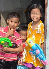 children in their doorway (the foreign photographer - ฝรั่งถ่) Tags: children water guns khlong thanon portraits bangkhen bangkok thailand nikon d3200 songkran