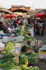 Lijiang, local market (blauepics) Tags: china chinese chinesisch yunnan province provinz lijiang city stadt naxi minority minderheit unesco world heritage site weltkulturerbe man mann market markt vegetables gemüse food essen