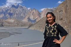 Jeune fille au dessus du pont d'Hussaini, et de la rivière Hunza © Bernard Grua (Photos de voyages, d'expéditions et de reportages) Tags: cônesdepassu pontsuspendu hussaini gojal bernardgrua karakoram gilgitbaltistan hunza