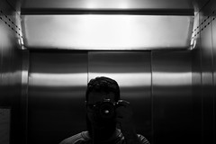 (Hélder Santana) Tags: héldersantana heldersantana santana photography fotografia portfolio brasil brazil hdsantana pb bw preto branco pretoebranco black white blackandwhite blancoynegro cinza gray monocromatico monochrome chiaroscuro claro clear escuro dark contraste contrast lowkey raw rua street streetphotography fotografiaderua still lens prime nikon nikkor 35mm 18 f18 nikon35mmf18 nikon35mmf18g nikkor35mmf18g nikkor35mmf18 35mm18 35mmf18 d7100 nikond7100 dslr nikoncamera self selfportrait autoretrato retrato selfie autorretrato 2019 joãopessoa jampa paraíba paraiba joaopessoa interior elevador elevator dof metal janeiro camera câmera cidade city